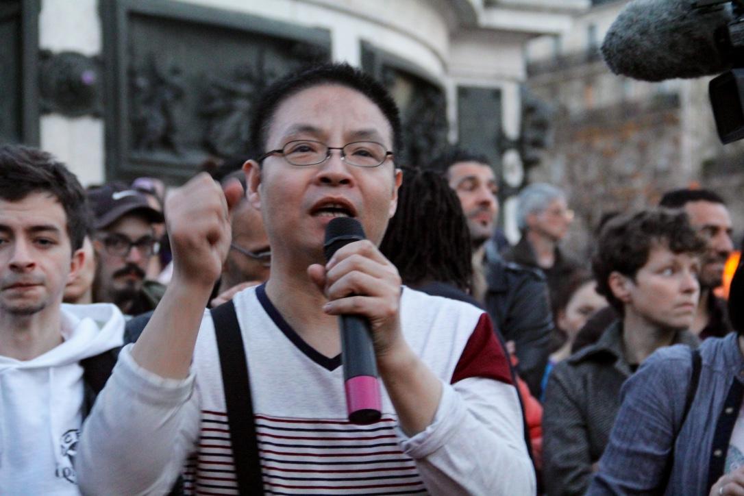 Entre incompréhension et colère, les anonymes prennent le micro pour débattre place de la République le 30 mars à Paris. (Copyright : Sarah Suong Mazelier)