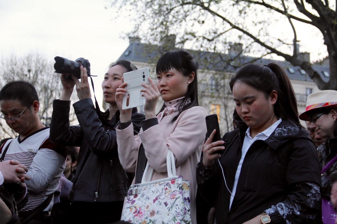 Les participants chinois au rassemblement place de la République jeudi 30 mars veulent partager ce qu'ils entendent et ce qu'ils voient avec leurs familles à Pékin. (Copyright : Sarah Suong Mazelier)