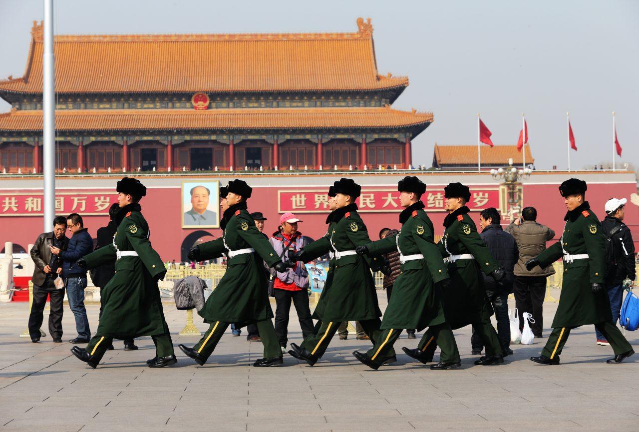 """Des policiers paramilitaires chinois patrouillent sur la place Tian'anmen, à Pékin, en vue de l'ouverture des """"deux sessions"""" (de l'ANP et de la CCPPC), le 27 février 2017. (Crédit : Wang Xin / Imaginechina / via AFP)"""
