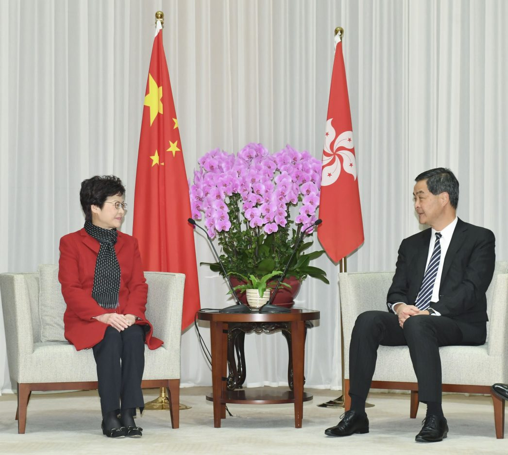 La nouvellement élue chef du gouvernement de Hong Kong, Carrie Lam, en discussion avec son prédécesseur Leung Chun-ying, lors d'une conférence de presse le 27 mars 2017.