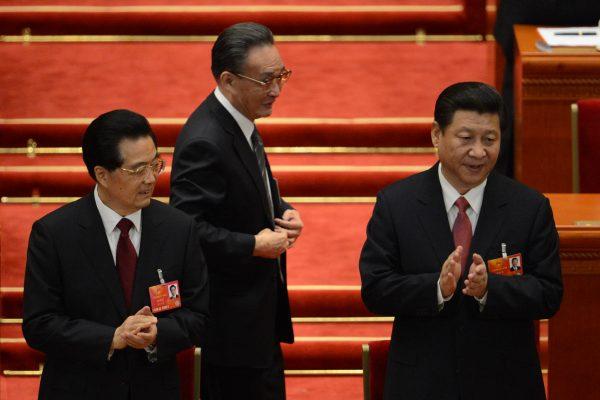 Wu Bangguo, le président de l'Assemblée nationale populaire marchant derrière l'ancien président Hu Jintao (à gauche) et le nouveau Xi Jinping (à droite) lors du 12ème Congrès, le 14 mars 2013.