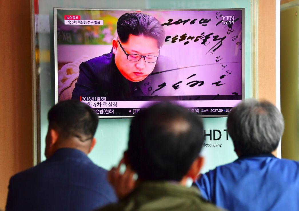 Des habitants de Séoul regardent un journal télévisé le 9 septembre 2016 qui propose des images du leader nordcoréen Kim Jung-un.