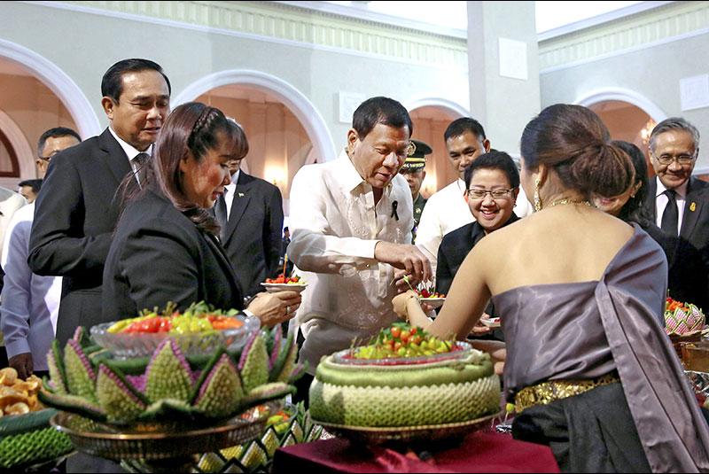 Le président philippin Rodrigo Duterte reçu par le Premier ministre thaïlandais Prayuth Chan-ocha lors d'un dîner d'Etat à Bangkok mardi 21 mars 2017. (Copie d'écran de Channel News Asia)