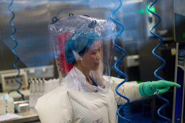 Dans le laboratoire épidémiologique P4 de Wuhan, capitale de la province chinoise du Hubei, le 23 février 2017. Un laboratoire fondé en coopération avec l'Institut Mérieux et l'Académie des Sciences de Chine. (Crédits : AFP PHOTO / Johannes EISELE)