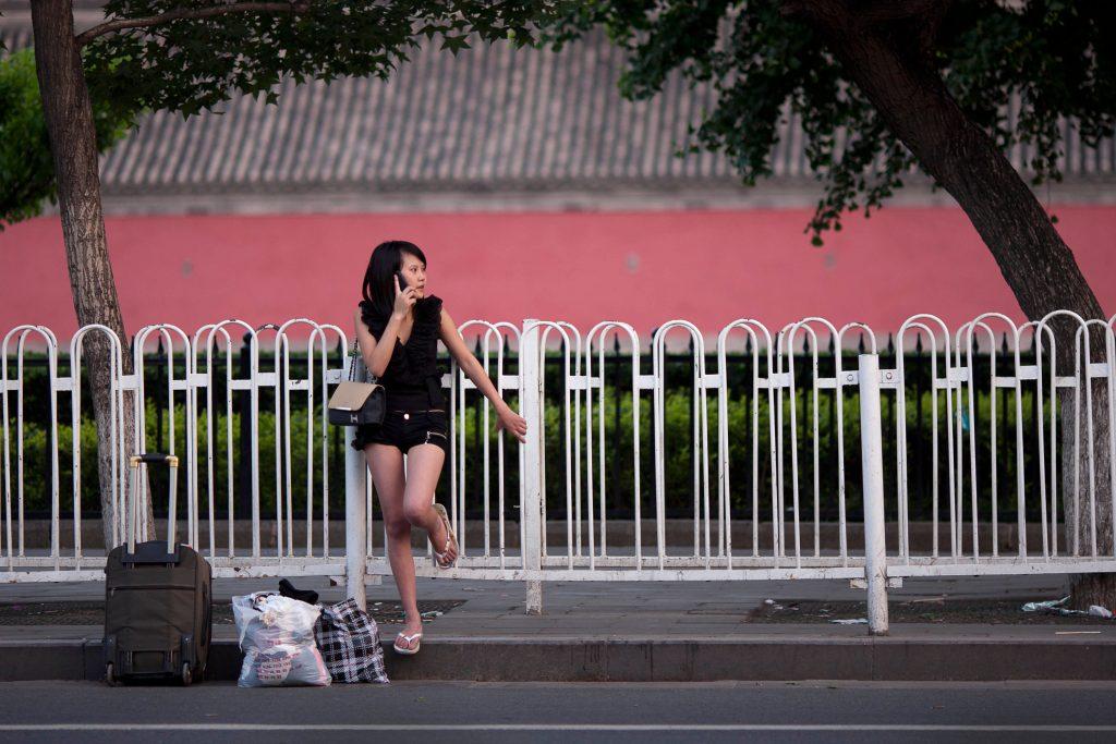 Le téléphone portable ? Une fabrique à mensonges pour l'écrivain chinois Liu Zhenyun. Pékin le 1er juillet 2012. (Crédits : AFP PHOTO / Ed Jones / AFP PHOTO / Ed Jones)