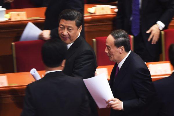 Le président chinois Xi Jinping et Wang Qishan, membre du comité permanent du Politburo du Parti et chef de la commission centrale d'inspection et de discipline lors de l'ouverture de la session annuelle de l'Assemblée nationale populaire à Pékinle 3 mars 2016. (Crédits : AFP PHOTO / GREG BAKER / AFP PHOTO / GREG BAKER)