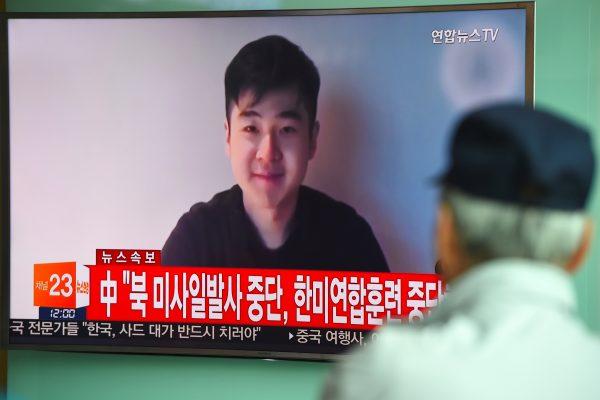 Des Sud-Coréens regardent au journal télévisé un extrait de la vidéo Youtube de Kim Han-sol, le fils de Kim Jong-nam, assassiné le 13 février à Kuala Lumpur, le 8 mars 2017 à Séoul. (Crédits : AFP PHOTO / JUNG Yeon-Je)