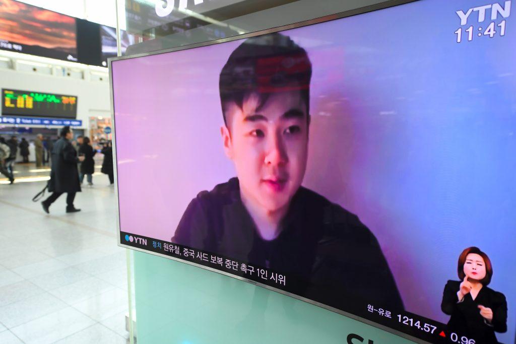 La vidéo Youtube de Kim Han-sol, fils de Kim Jong-nam, diffusée dans une gare de Séoul le 8 mars 2017. (Crédits : AFP PHOTO / JUNG Yeon-Je)