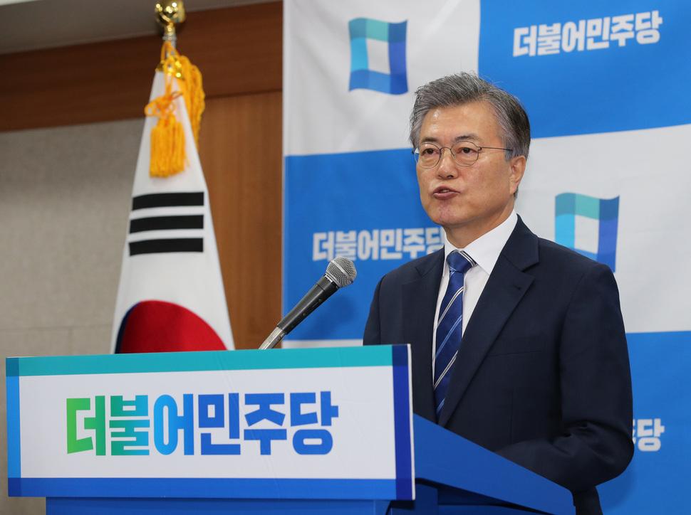 Moon Jae-in, favori des sondages pour l'élection présidentielle sud-coréenne du 9 mai, lors d'une conférence de presse au QG de son parti, le Minjoo, dont il fut le chef, à Séoul le 12 mars 2017. Copie d'écran du Hankyoreh le 13 mars 2017. (Crédits : Kim Tae-hyeong / staff reporter)