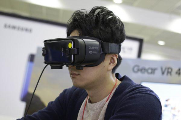 Un visiteur sud-coréen expérimente un jeu en réalité virtuelle en utilisant le Samsung Galaxy S7 Edge à la Korea Electronics Grand Fair (KES2016) à Séoul le 26 octobre 2016. (Crédits : Seung-il Ryu/NurPhoto/via AFP)