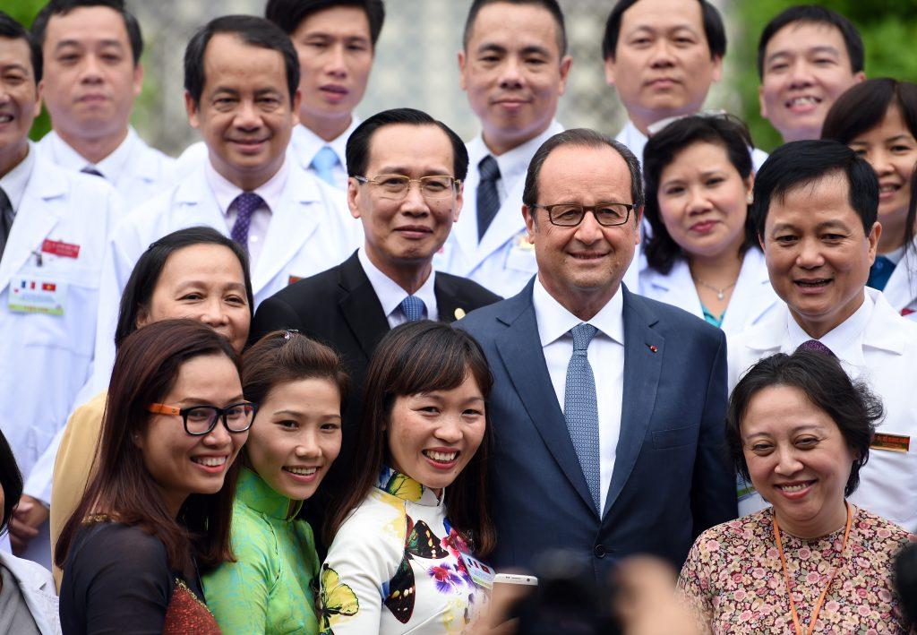 Le président français François Hollande en pleine pose devant le Heart Institute à Hô-Chi-Minh-Ville le 7 septembre 2016. (Crédits : AFP PHOTO / STEPHANE DE SAKUTIN)