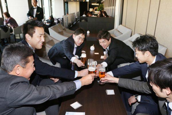 """A Nagoya, le 24 février 2017, des salariés nippons inaugure le premier """"Premium Friday"""", une campagne lancée par le gouvernement de Shinzo Abe et qui permet de finir à 15h le dernier vendredi du mois. (Crédits : The Yomiuri Shimbun/via AFP )"""