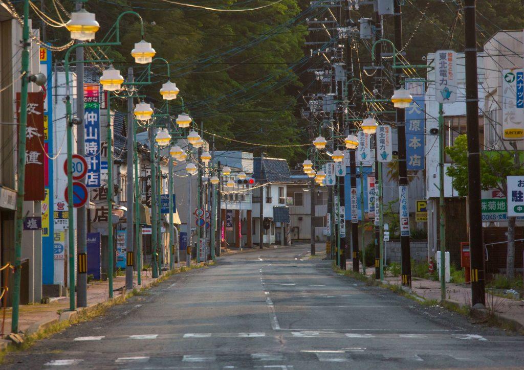 Une rue déserte de la ville de Tomioka, dans la zone hautement radioactive de la préfecture de Fukushima à quelques kilomètres de la centrale, le 22 mai 2016. (Crédits : LAFFORGUE Eric / hemis.fr / via AFP)