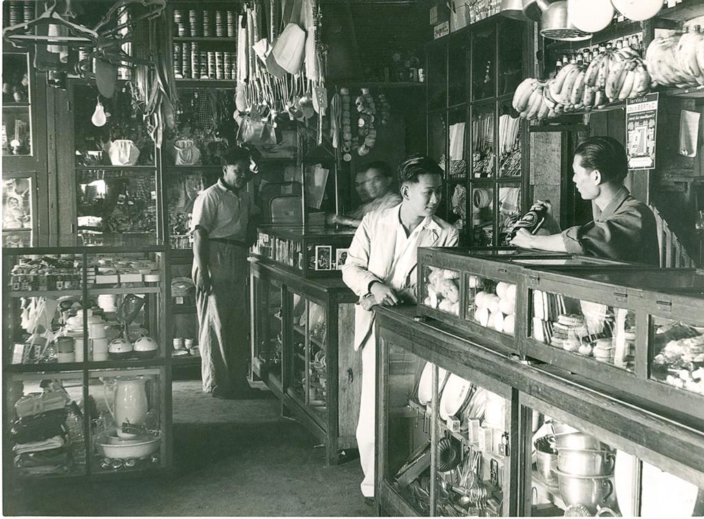 """L'intérieur d'une boutique chinoise dans les années 1960 à Port-Louis, capitale de l'île Maurice. Extrait du livre """"Chinatown, au cœur de l'île Maurice"""" par les éditions Vizavi. (Copyrtight : Government Information Office)"""