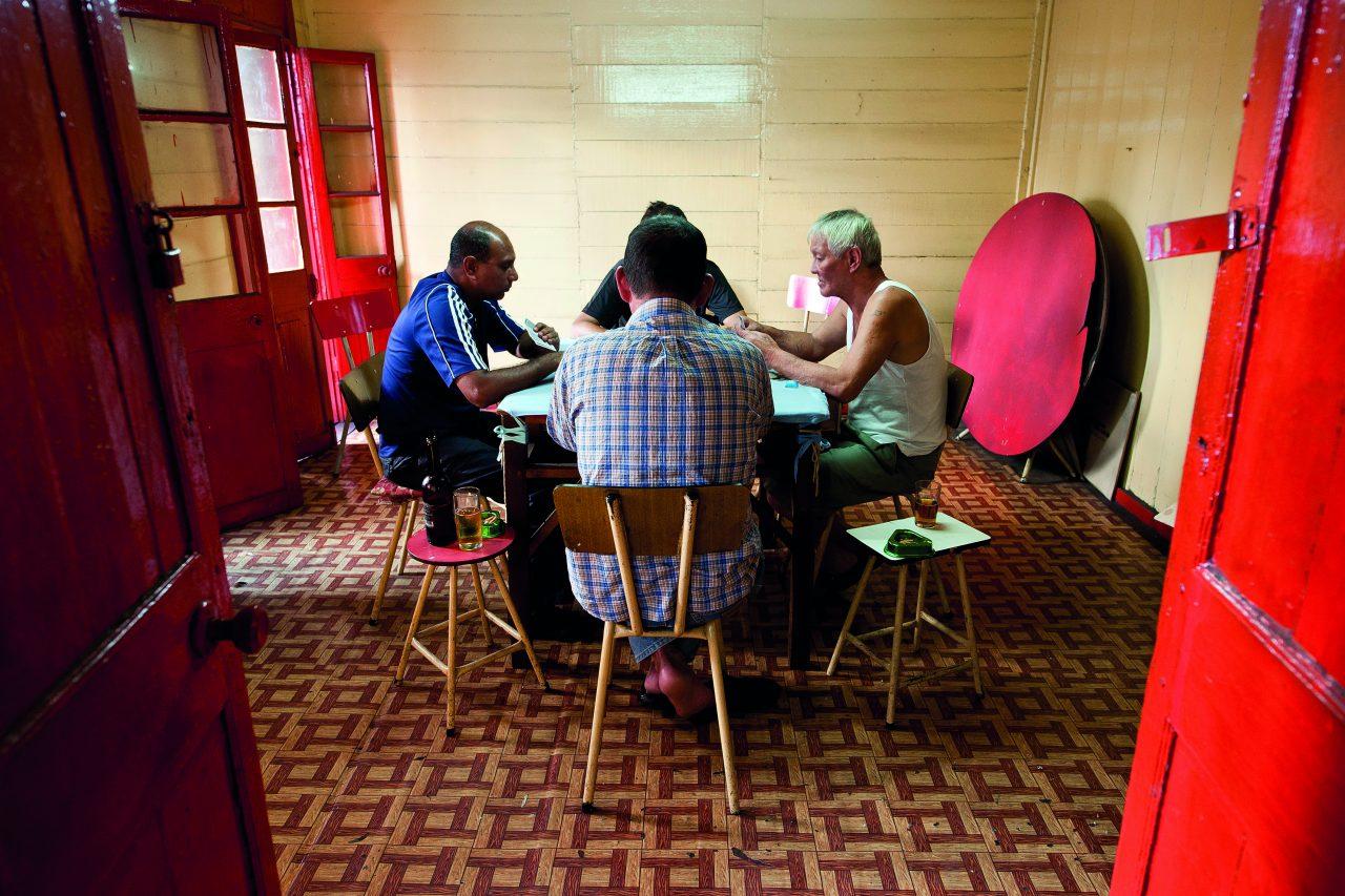 """Partie de carte dans les locaux d'une association sino-mauricienne à Port-Louis, capitale de l'île Maurice. Extrait du livre """"Chinatown, au cœur de l'île Maurice"""", paru en 2017 aux éditions Vizavi. (Copyright : Dominic)"""