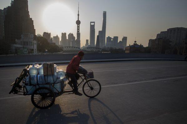 C'est à Shanghai, dont on voit ici au loin le quartier d'affaires de Lujiazui, que Marjorie Hobin s'est installée, d'abord pour Saint-Gobain, puis comme entrepreneuse-consultante. (Crédits : AFP PHOTO / Johannes EISELE)