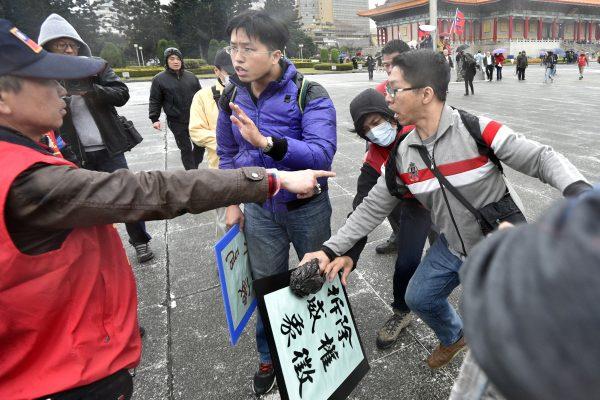 Un militant pro-unification avec la Chine s'oppose à deux activistes pro-indépendance lors des commémorations du 70ème anniversaire de la répression du 27 février 1947, devant le mémorial Chiang Kai-shek à Taipei, le 28 février 2017. (Crédits : AFP PHOTO / Sam YEH)