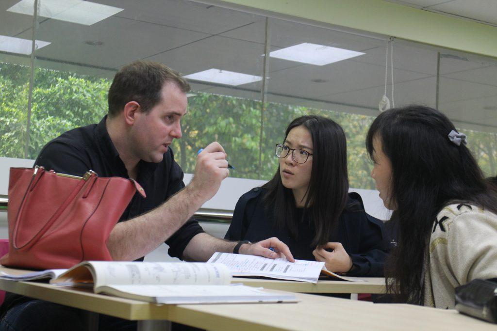En plein cours avec ses élèves, Hugo Coffart, fondateur et directeur de l'école de français Hugo Fayu à Canton, continue d'assurer un volume de cours à part égale avec ses employés. (Copyright : Thibaud Mougin)