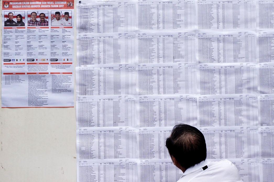 Un électeur indonésien devant un bureau de vote de Jakarta le 15 février 2017.