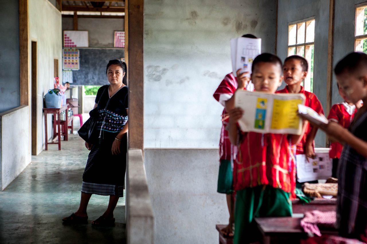 Eh Thwa à l'arrière de l'une des petites classes communautaires qu'elle a crée.
