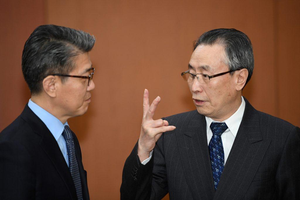 Wu Dawei, l'émissaire spécial de la Chine pour les affaires coréennes, et Kim Hong-kyun, le représentant de la Corée du Sud aux pourparlers à six lors de leur rencontre à Seoul le 10 April 2017. (Crédits : AFP PHOTO / POOL / JUNG Yeon-Je)