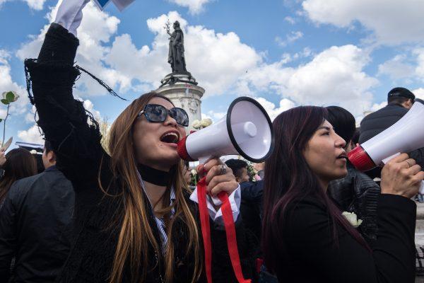 Manifestation de la communauté chinoise place de la République à Paris, le 2 avril, une semaine après la mort controversée de Liu Shaoyo, tué chez lui par un policier. (Crédits : Julien Mattia/NurPhoto)