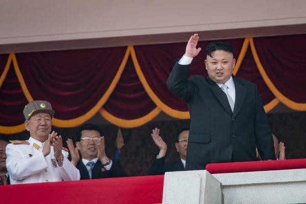 Le leader nord-coréen Kim Jong-un sur le balcon de la Grande Maison d'Étude du Peuple lors du défilé militaire en l'honneur du 105ème anniversaire de son grand-père Kim Il-sung le 15 avril 2017. (Crédits : AFP PHOTO / ED JONES)