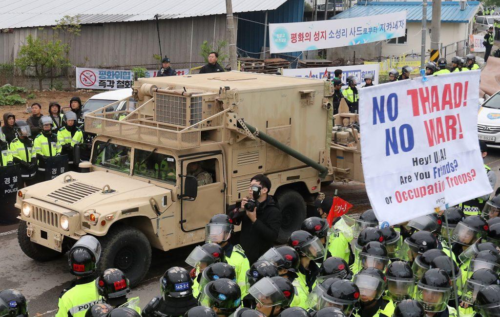 Manifestants et policiers s'opposent alors que des camions militaires transportant les premiers éléments du bouclier antimissile américain THAAD entrent sur le site de Seongju, le 26 avril, 2017. (AFP PHOTO / YONHAP / YONHAP)