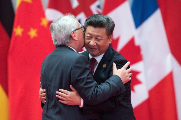 Jean-Claude Juncker, le président de la Commission européenne, dans les bras du président chinois Xi Jinping lors du sommet du G20 à Hangzhou en Chine, le 4 septembre 2016. (Crédits : BERND VON JUTRCZENKA/dpa/via AFP)