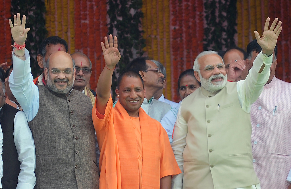 Le Premier ministre indien Narendra Modi (à droite) célèbre l'écrasante victoire surprise de son parti, le BJP, aux élections locales en Uttar Pradesh, lors de l'intronisation de son nouveau ministre en chef, le nationaliste hindou Yogi Adityanath (au centre) à Lucknow le 19 March 19 2017. (Crédits : AFP PHOTO / SANJAY KANOJIA)