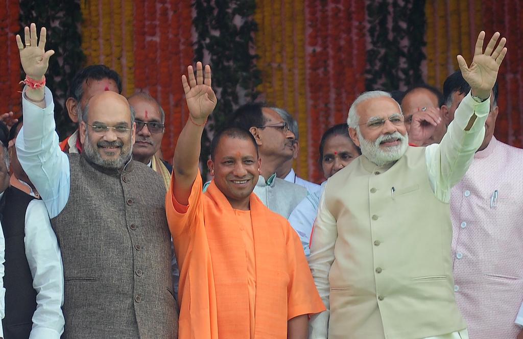 Le Premier ministre indien Narendra Modi (à droite) célèbre l'écrasante victoire surprise de son parti, le BJP, aux élections locales en Uttar Pradesh, lors de l'intronisation de son nouveau ministre en chef, le nationaliste hindou Yogi Adityanath (au centre) à Lucknow le 19 March 19 2017. (Crédits : AFP PHOTO / SANJAY KANOJIA)