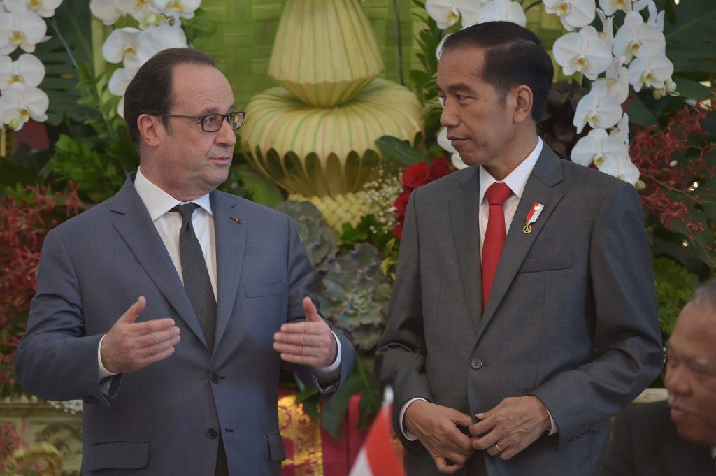 Le président français François Hollande et son homologue indonésien Joko Widodo au palais présidentiel à Jakarta le 29 mars 2017. (Crédits : AFP PHOTO / ADEK BERRY)