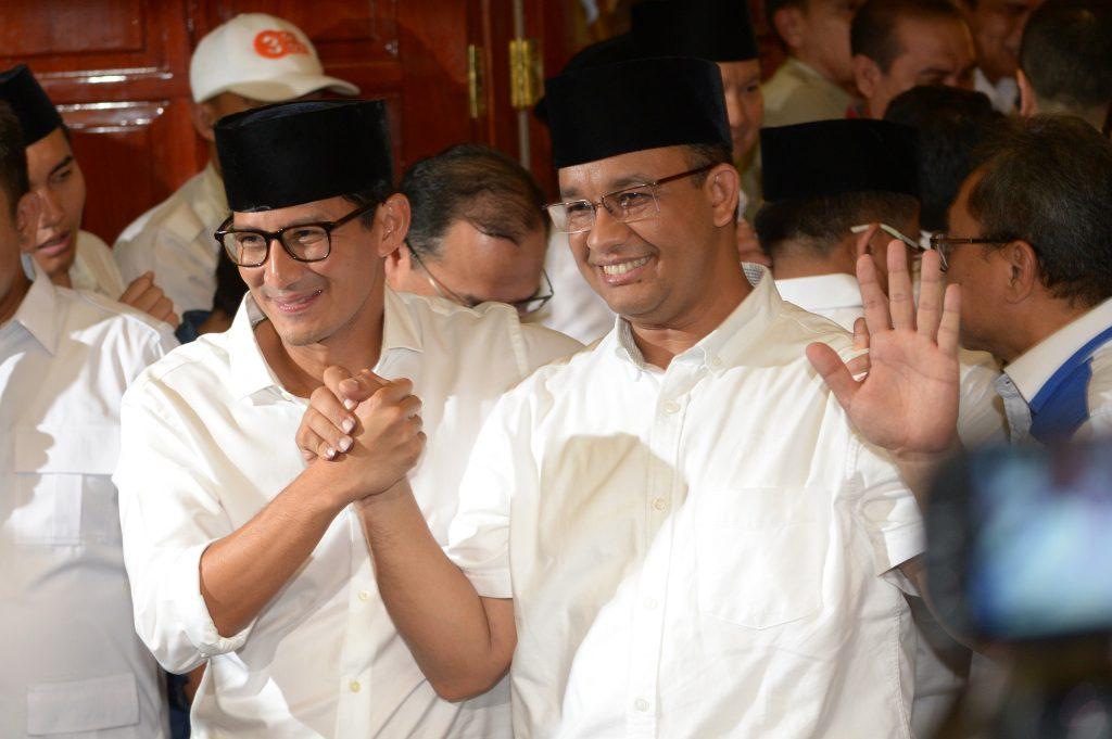 Le gouverneur-élu de Jakarta Anies Baswedan (à droite) et son vice-gouverneur élu Sandiaga Una (à gauche) proclame leur victoire électorale lors d'une conférence de presse à Jakarta le jour du vote le 19 avril 2017. (Crédits : AFP PHOTO / ADEK BERRY)