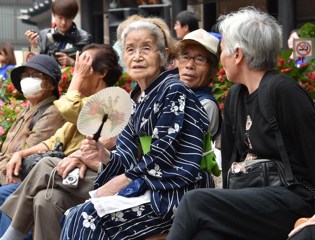 Des résidents seniors se reposent près d'un temple à Tokyo durant la Journée du respect pour les personnes âgées, le 15 septembre 2014. (Crédits : AFP PHOTO / Yoshikazu TSUNO / AFP PHOTO / YOSHIKAZU TSUNO)