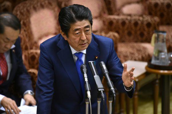 Le Premier ministre japonais Shinzo Abe répond aux questions du Parlement à Tokyo le 24 mars 2017. (Crédits : AFP PHOTO / KAZUHIRO NOGI)