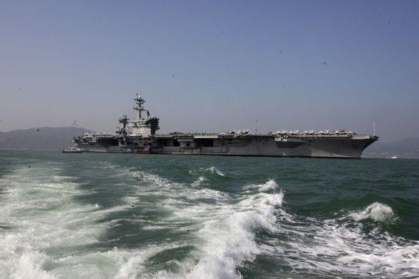 Le porte-avion américain USS USS Carl Vinson a été envoyé le 9 avril en direction de la péninsule coréenne. Il est ici photographié au port de Hong Kong le 27 décembre 2011. (Crédits : EyePress/Alan Siu/via AFP)