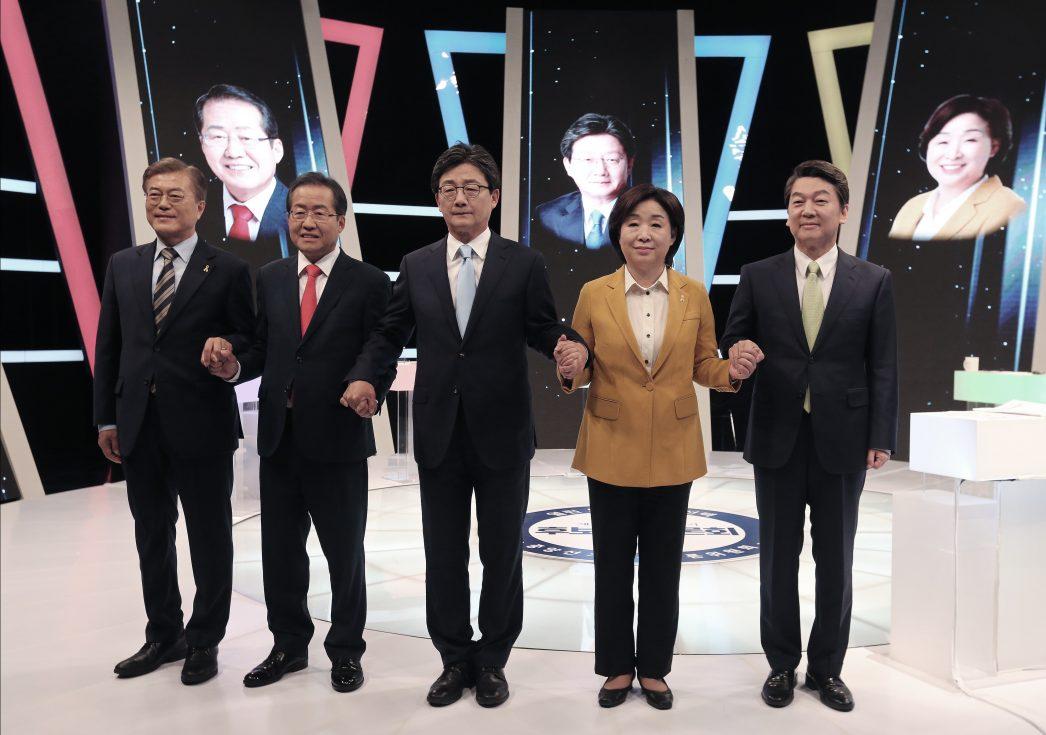 Les candidats à l'élection présidentielle coréenne le soir du grand débat télévisé, le 2 mai 2017. De gauche à droite : Moon Jae-in, Hong Joon-pyo, Yoo Seong-min, Sim Sang-jung et Ahn Cheol-soo.