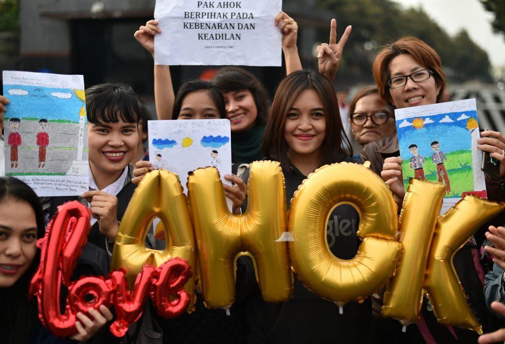 """Des supporteurs de Nasuki Tjahaja Purnama, dit """"Ahok"""" rassemblés devant le siège de la police à Jakarta, le 10 mai 2017."""