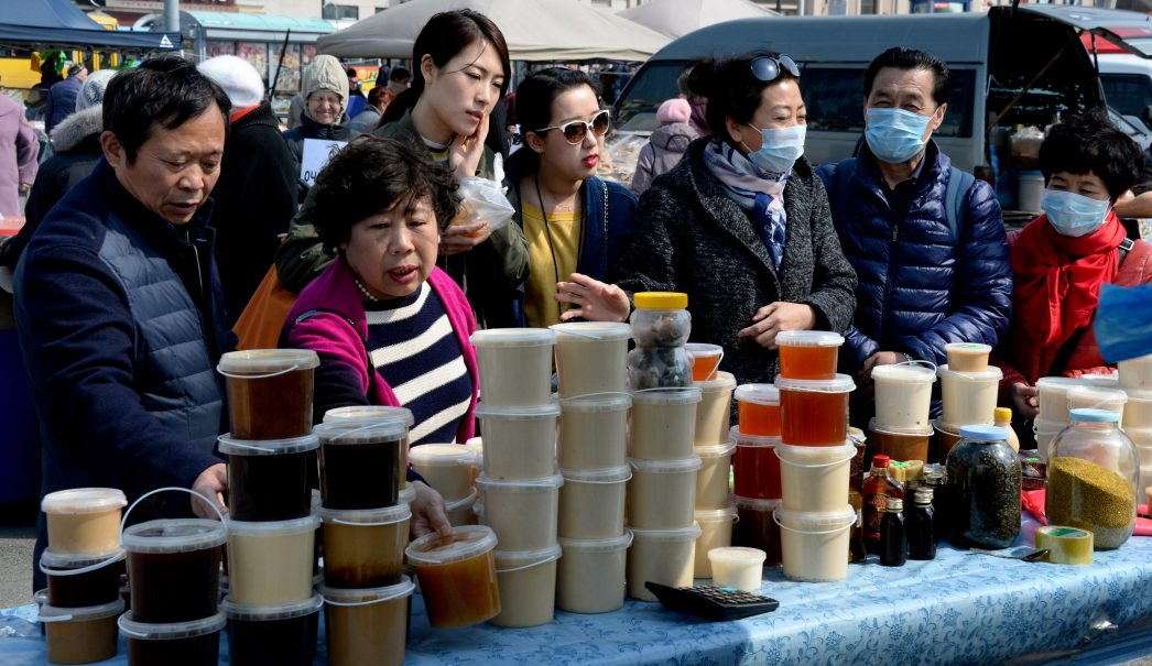 Clients chinois au marché de Vladivostok.