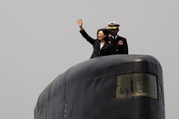 La présidente taïwanaise Tsai Ing-wen à bord d'un sous-marin lors d'une sortie en mer depuis la base navale de Tsoying le 21 Mars 2017.