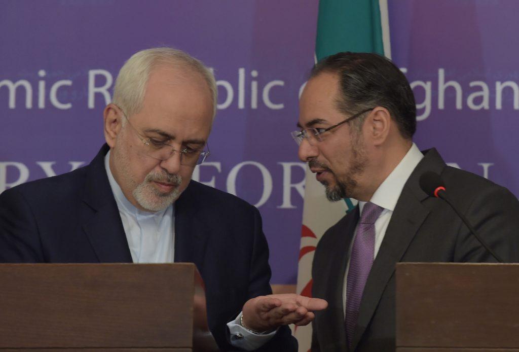 Le ministère afghan des affaires étrangères Salahuddin Rabbani (à droite) parle avec son homologue iranien Mohammad Javad Zarif lors d'une conférence de presse à Kaboul le 7 mai 2017. (Crédits : AFP PHOTO / SHAH MARAI)