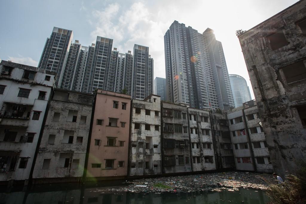 Bâtiments résidentiels en voie de démolition à Canton le 3 mars 2016. (Crédits : Zhong Zhenbin / Anadolu Agency / via AFP)