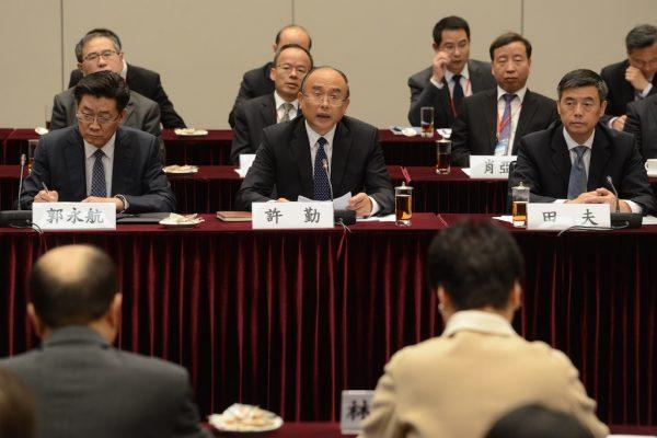 Xu Qin (au centre), alors maire et secrétaire du Parti à Shenzhen, lors du sommet de coopération Hong Kong/Shenzhen, à Hong Kong, le 3 janvier 2017. (Crédits : EYEPRESS NEWS / via AFP)
