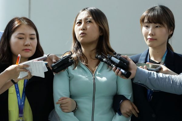 Chung Yoo-Ra, la fille de Choi Soon-sil, confidente de l'ancienne présidente destituée Park Geun-hye, répond aux journalistes à l'aéroport de Séoul, après son arrestation dans son avion en provenance du Danemark, le 31 mai 2017. (Crédits : AFP PHOTO / POOL / Chung Sung-Jun)