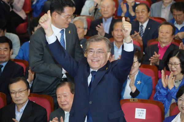 Le président élu Moon Jae-in du Parti démocratique de Corée proclame sa victoire au scrutin du 9 mai dans le Hall des Membres du Parlement à Séoul, le 9 mai 2017. (Crédits : The Yomiuri Shimbun / via AFP)
