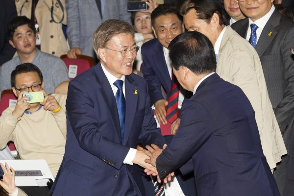 Tout juste élu président de la République de Corée, Moon Jae-in, le leader du parti démocratique de Corée, serre les mains de ses supporteurs à l'Assemblée nationale à Séoul le 9 mai 2017. (Crédits : Kim Jong Hyun / Anadolu Agency / via AFP)