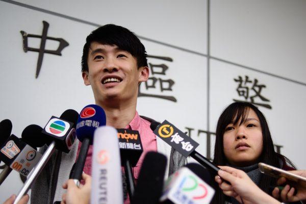 Les militants indépendantistes hongkongais Baggio Leung (à gauche) et Yau Wai-ching lors d'une conférence de presse après leur libération à Hong Kong le 26 avril 2017. Disqualifiés de leur siège de députés après une cérémonie de serment mouvementée en octobre 2016, Yau et Baggio ont été arrêtés et mis en examen le 26 avril pour trouble à l'ordre public au parlement de la ville. (Crédits : AFP PHOTO / Anthony WALLACE)