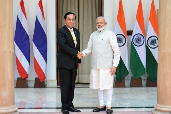 Le Premier ministre thaïlandais Prayuth Chan-ocha et son homologue indien Narendra Modi lors d'une rencontre à New Delhi le 17 juin 2016. (Crédits : AFP PHOTO / PRAKASH SINGH)
