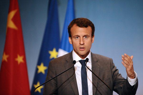 Emmanuel Macron, alors ministre de l'Économie, lors d'une conférence de presse en clôture du sommet France-Chine à l'occasion d'une visite de trois jours du Premier ministre chinois Li Keqiang, à Toulouse, le 2 juillet 2015 (Crédits : AFP PHOTO/REMY GABALDA)