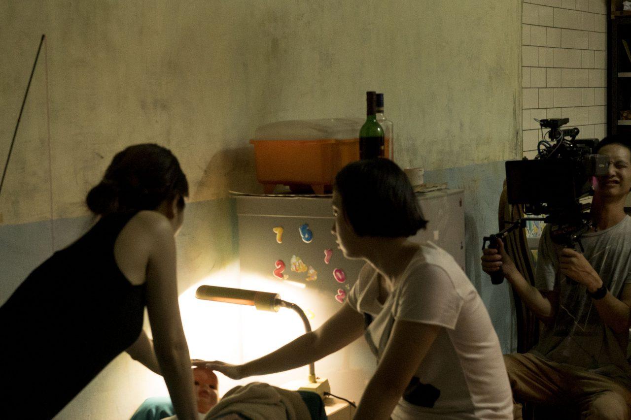 """Pendant le tournage du court-métrage """"Babes' not alone"""", la réalisatrice Yi-shan Lee Jovi (de dos à gauche) conseille son actrice principale Angel Lee (de profil à droite). (Copyright : Yi-shan Lee Jovi)"""